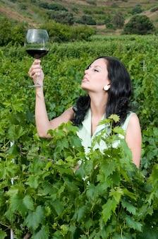 포도원에서 하루를 즐기고 좋은 와인을 즐기는 매력적인 여자