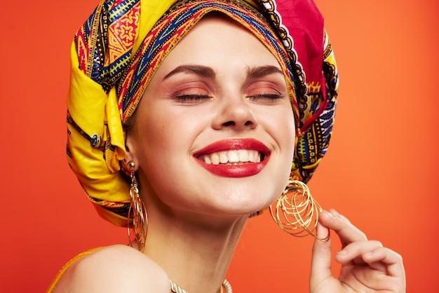 魅力的な女性の民族性多色チャンプのクローズアップ