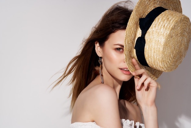 魅力的な女性の帽子の魅力的な外観のファッション孤立した背景