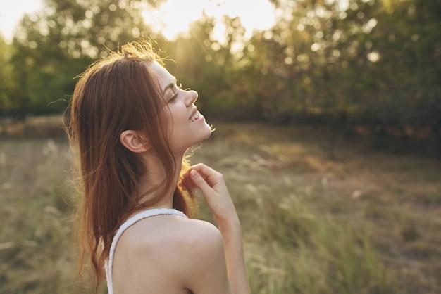 자연 태양 자유의 분야에서 매력적인 여자