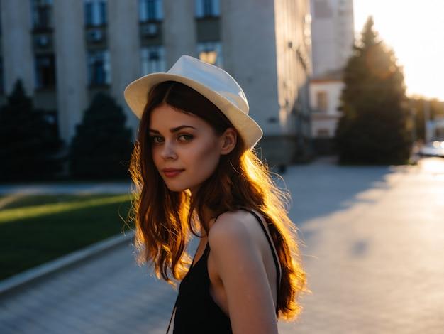 帽子をかぶった魅力的な女性屋外夏ポーズ