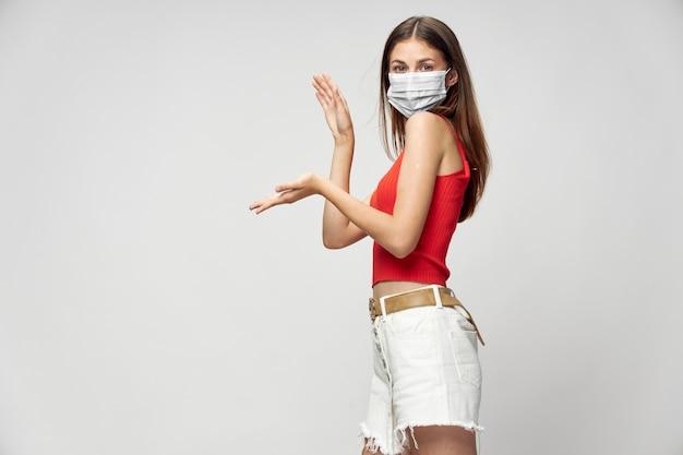 隔離された医療マスクの魅力的な女性