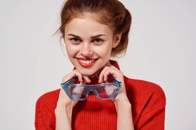 Привлекательная женщина в красном свитере образ жизни студии весело модели