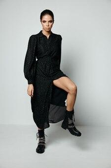 黒のドレスの魅力的な女性裸足ファッション黒のブーツ