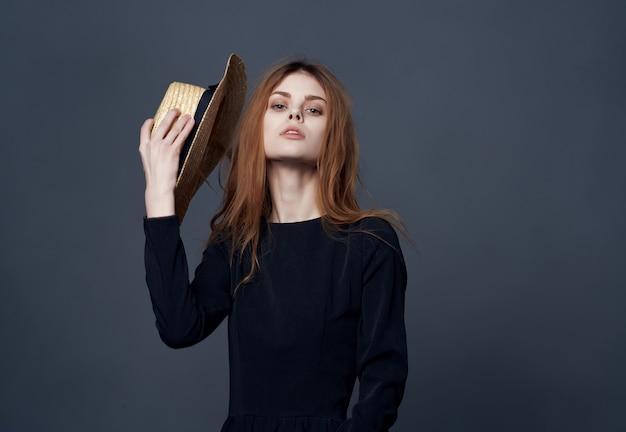 ファッションの贅沢をポーズ黒のドレスで魅力的な女性