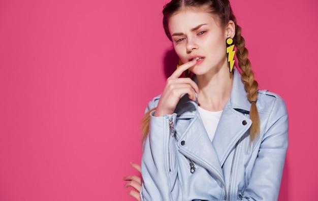 ファッションをポーズする青いジャケットジュエリーイヤリングの魅力的な女性