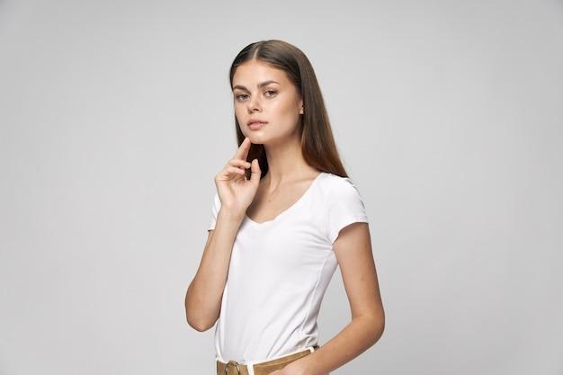 孤立したカジュアルな服装で魅力的な女性