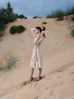 ビーチの新鮮な空気のライフスタイルのファッションをポーズするコートの魅力的な女性。高品質の写真