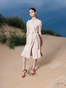 コート砂夏エレガントなスタイルの魅力的な女性