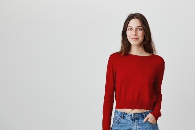 トリミングセーター笑顔カメラで魅力的な女性