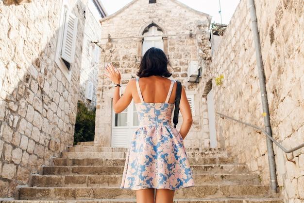 카메라에 사진을 찍는 크루즈에서 바다로 유럽에서 휴가를 트레블 링 드레스에 매력적인 여자