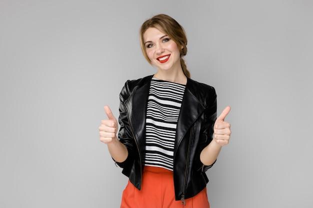 Привлекательная женщина в модной одежде