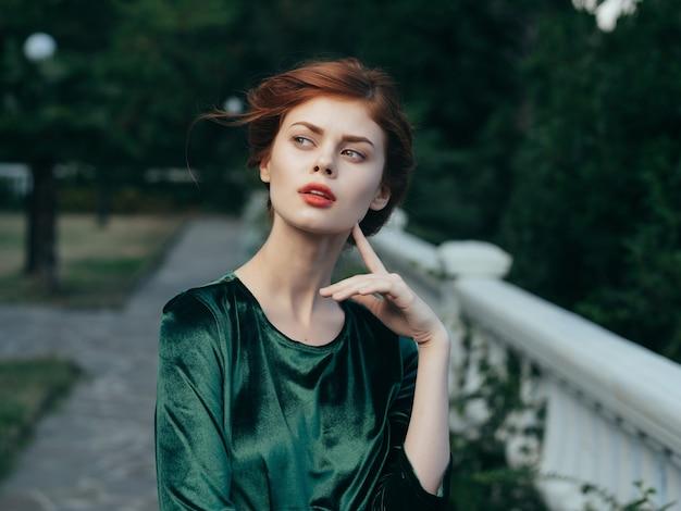 Привлекательная женщина в зеленом платье на открытом воздухе модель романтика