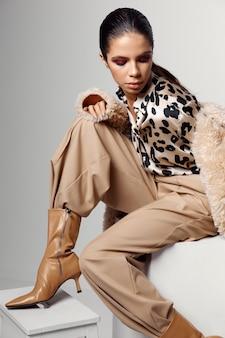 ヒョウシャツファッショナブルな秋の服のブーツで魅力的な女性。高品質の写真