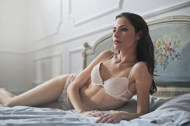 란제리에 매력적인 여자 프리미엄 사진