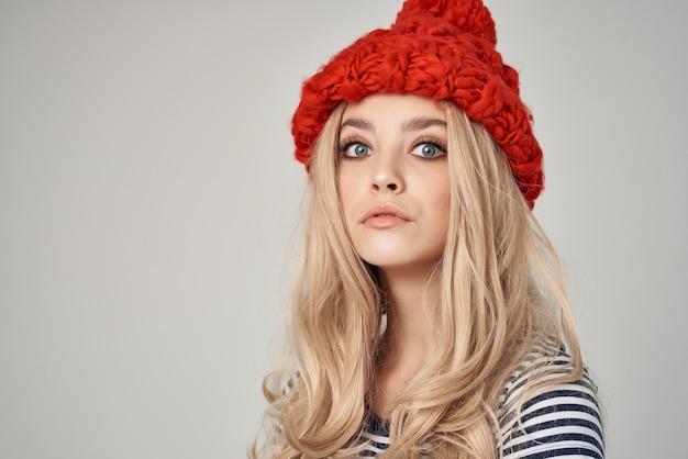 빨간 모자 줄무늬 tshirt 매력 크리스마스에 매력적인 여자
