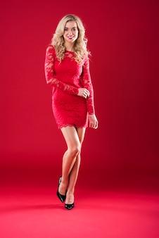 赤いレースのドレスの魅力的な女性