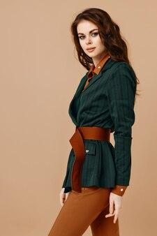 スーツグラマー化粧品ベージュの背景の魅力的な女性