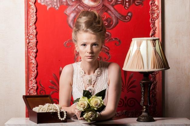 빅토리아 드레스와 인테리어에 매력적인 여자입니다. 풍부한 라이프 스타일. 빈티지와 역사