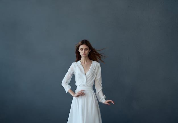 흰 드레스에 매력적인 여자 댄스 우아한 스타일 엔터테인먼트입니다. 고품질 사진