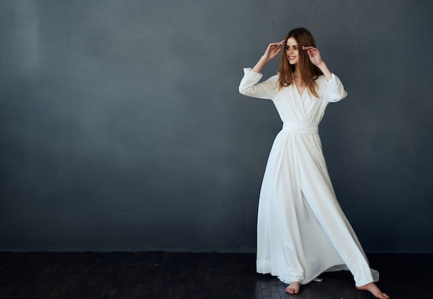 흰 드레스 댄스 우아한 스타일 엔터테인먼트에 매력적인 여자