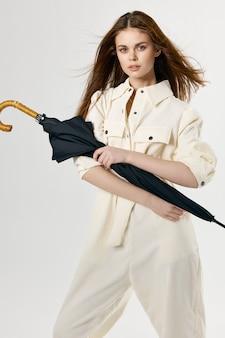 손 패션 밝은 배경에 흰색 정장 우산에 매력적인 여자. 고품질 사진