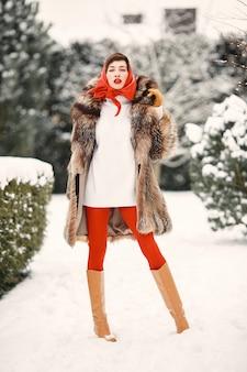 Привлекательная женщина в зимнее время на открытом воздухе