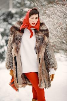 冬の屋外で魅力的な女性