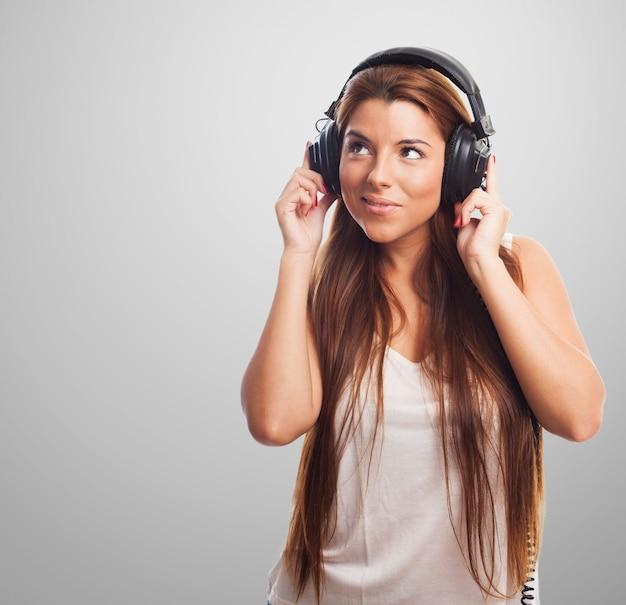 Donna ascolto musica attraente in cuffie