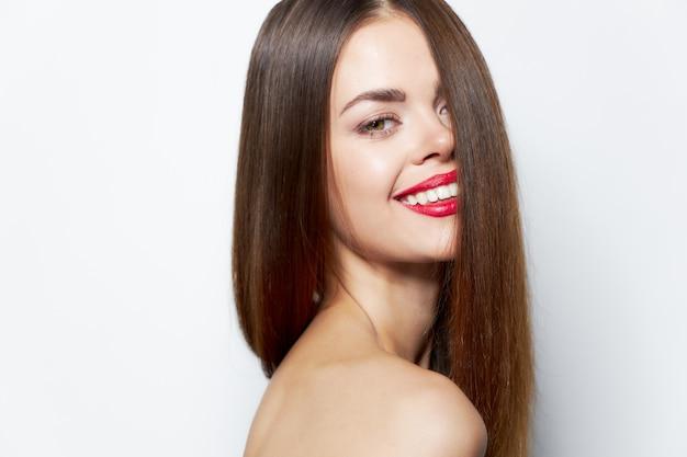 Привлекательная женщина длинные волосы очаровательная улыбка очаровательный взгляд обрезанный вид