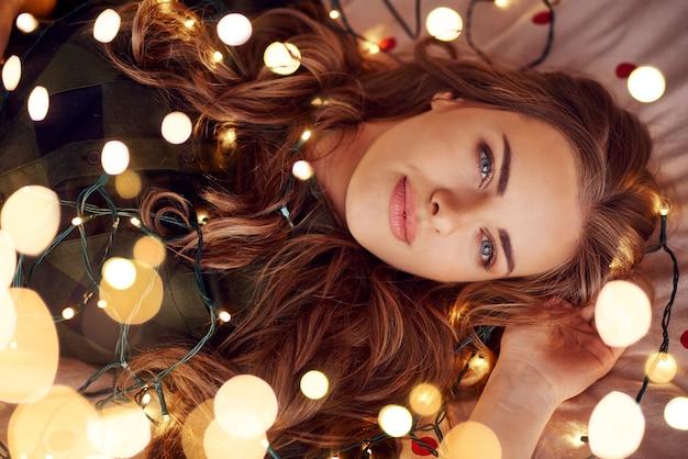 Привлекательная женщина, лежа на кровати и изображений