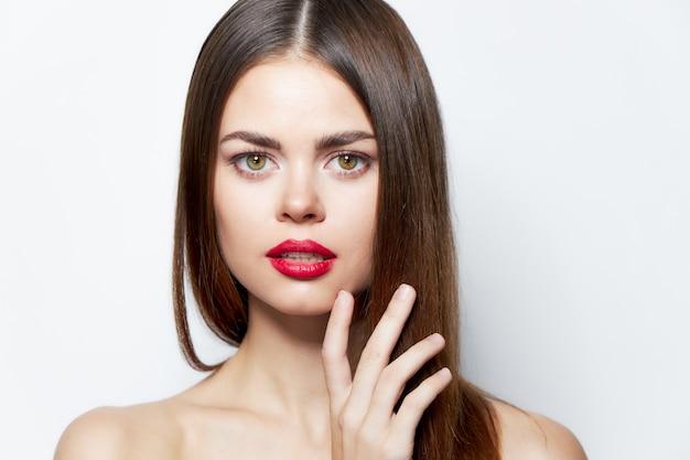 Привлекательная женщина макияж модель привлекательный взгляд светлый фон