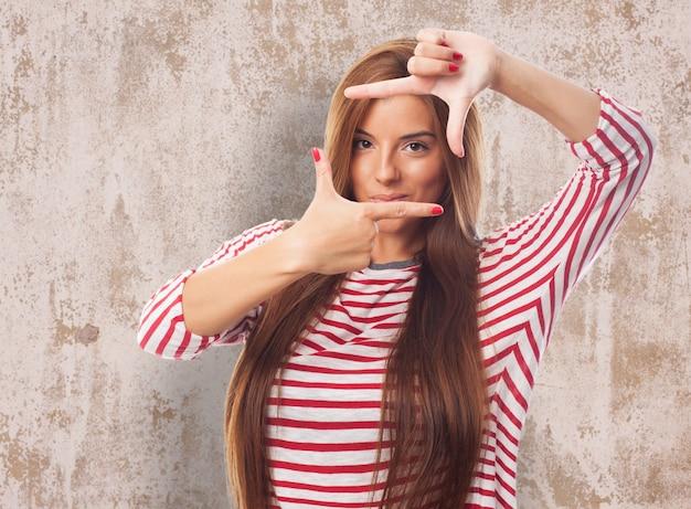 Привлекательная женщина делает жест фото