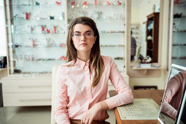目の専門医の診察室での予約に魅力的な女性