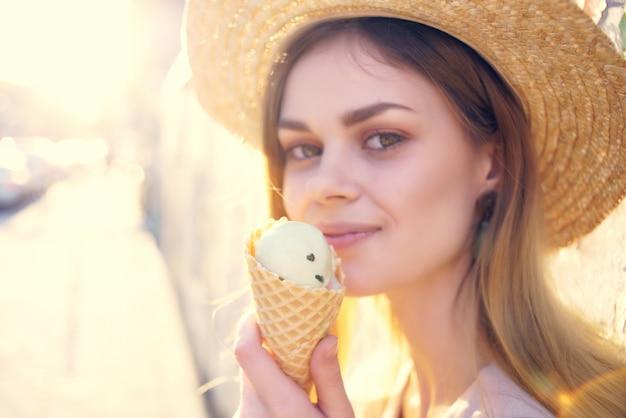 アイスクリームの休暇のライフスタイルを持つ通りの魅力的な女性