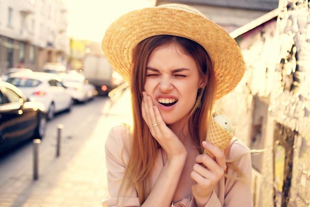 アイスクリームの休暇モデルと路上で魅力的な女性