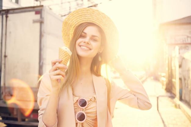 매력적인 여자 야외 산책 아이스크림 산책 여행 도시 여행을 먹고