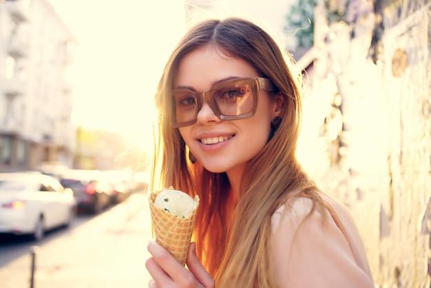 매력적인 여자 야외 산책 아이스크림 산책 여행 재미를 먹고