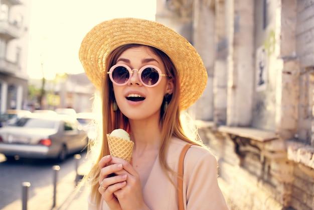 魅力的な女性の屋外散歩はアイスクリーム散歩旅行ライフスタイルを食べる