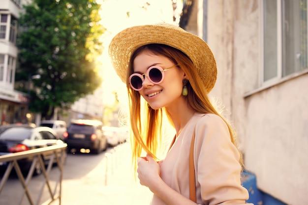 魅力的な女性アウトドアウォークファッション夏モデル