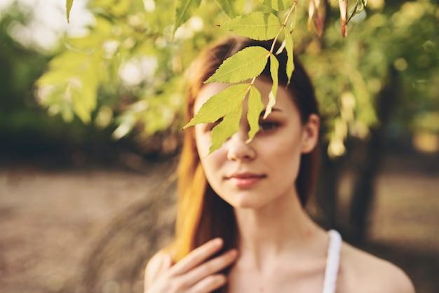 魅力的な女性屋外緑の葉自然フィールド