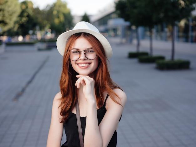 魅力的な女性屋外散歩休憩旅行感情