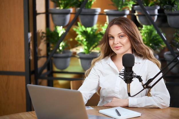 온라인 인터뷰를 준비하는 매력적인 여자