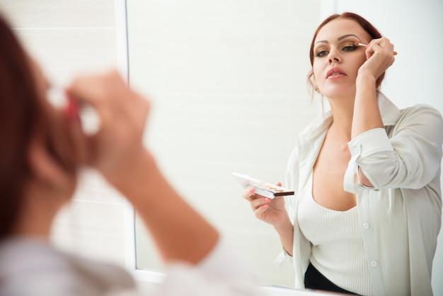 Привлекательная женщина, надел макияж