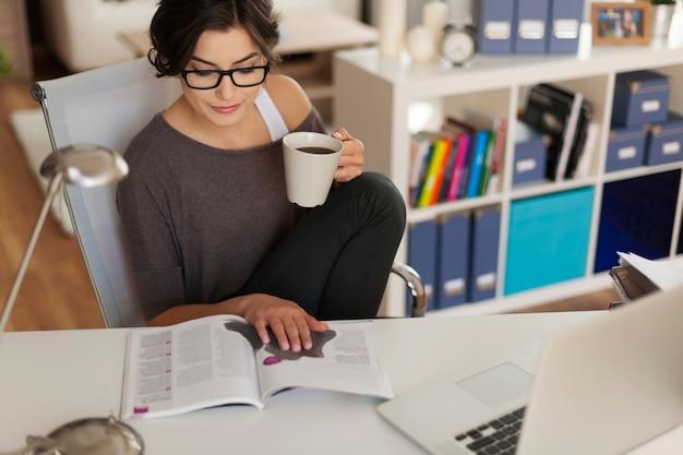 自宅で雑誌を読む魅力的な女性