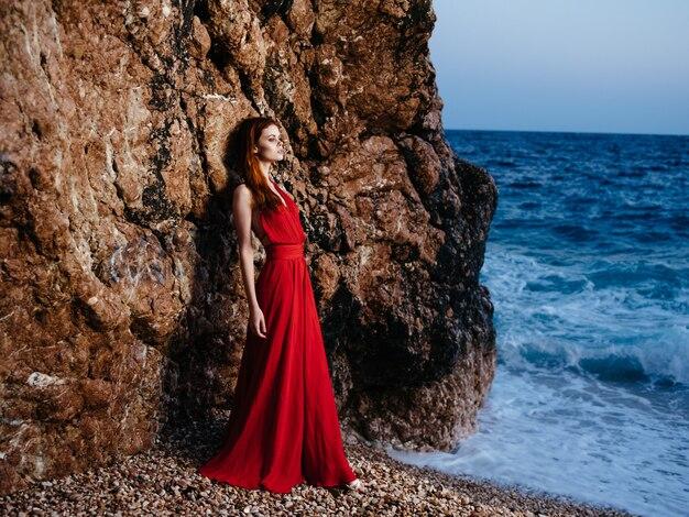 Привлекательная женщина красное платье природа океан пейзаж