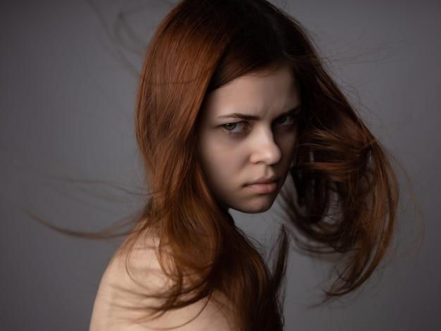 매력적인 여자 빨간 머리 벌거 벗은 어깨 근접 촬영 포즈