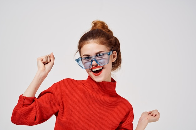 魅力的な女性の赤い唇魅力的な外観の明るい背景