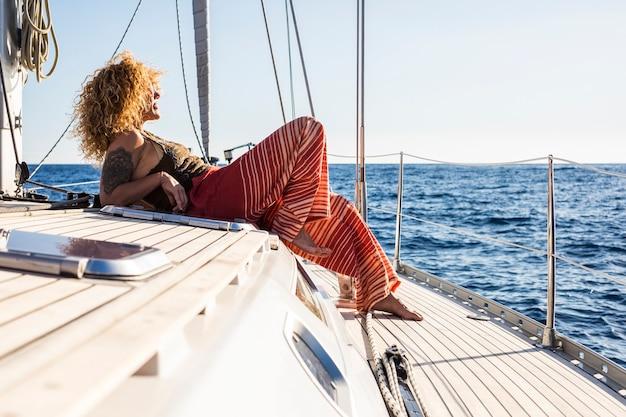 夏の日にヨットでセーリングする魅力的な女性
