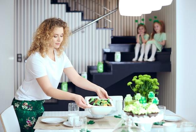 テーブルを設定する魅力的な女性